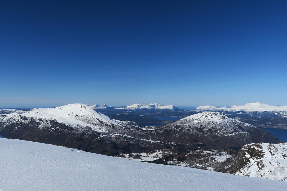 Utsikten fra Vardefjellet mot Sandvikhornet og Søvikhornet