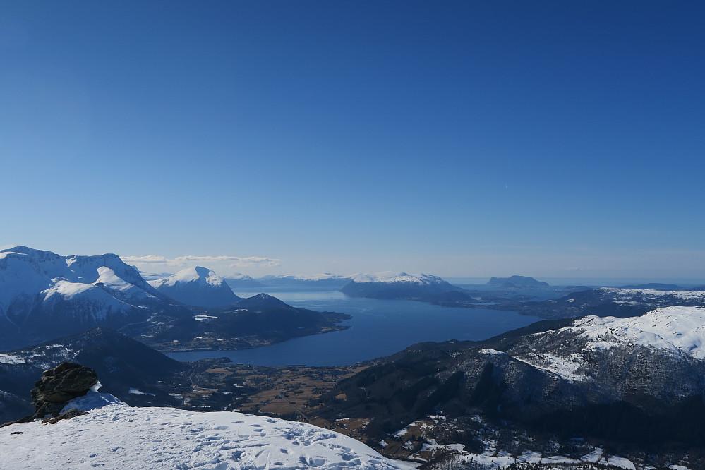 Utsikten fra Remerhornet og ned mot Aure og Ålesund i det fjerne