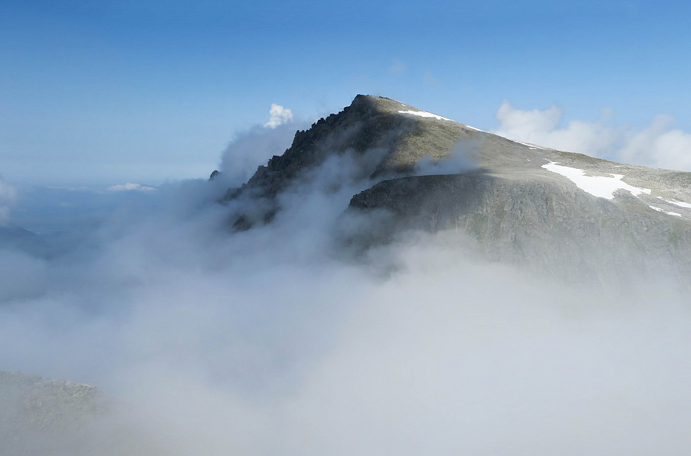 Dalmannshornet. Nordtoppen stikker opp av skyene til venstre