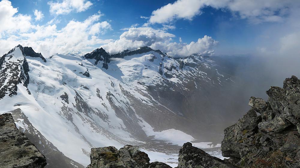 Fra venstre til høyre: Urkedalstinden, Midtre Regndalstind og Råna