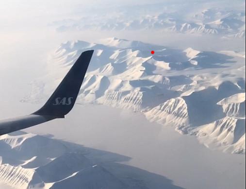 Tok timelapse ut flyvinduet med mobilen under takeoff Longyearbyen og et godt stykke over Svalbard. Gustavfjellet klarte å lure seg med. Hovedtoppen under den røde prikken med ruta vi gikk ned til høyre