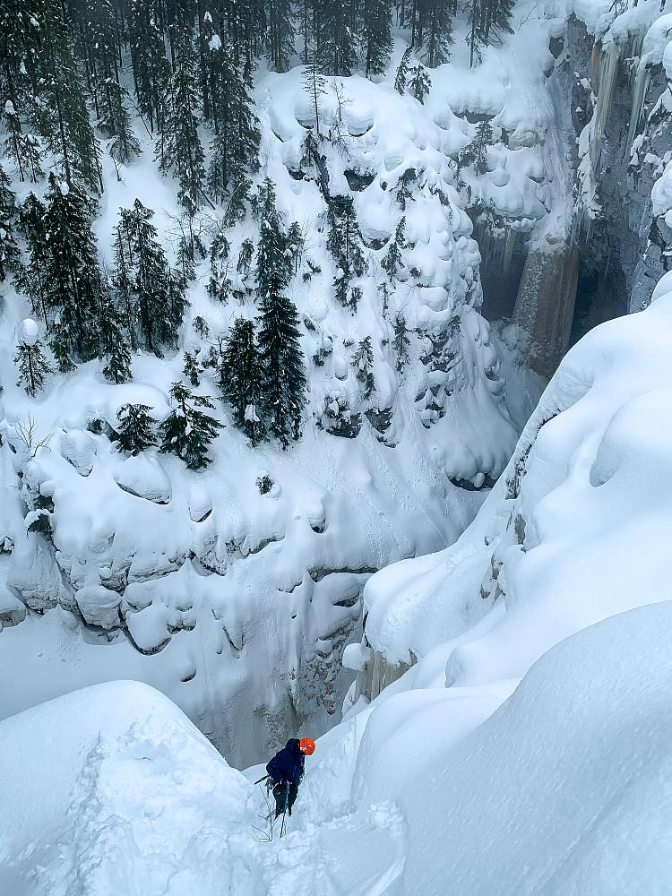 På vei ned. Mye snø i toppen, heldigvis mye is lenger ned