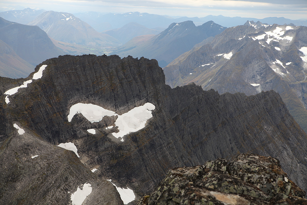 Eisandtindane, 4 glade vandrere på vei opp, i snøfeltet til venstre sees to av de