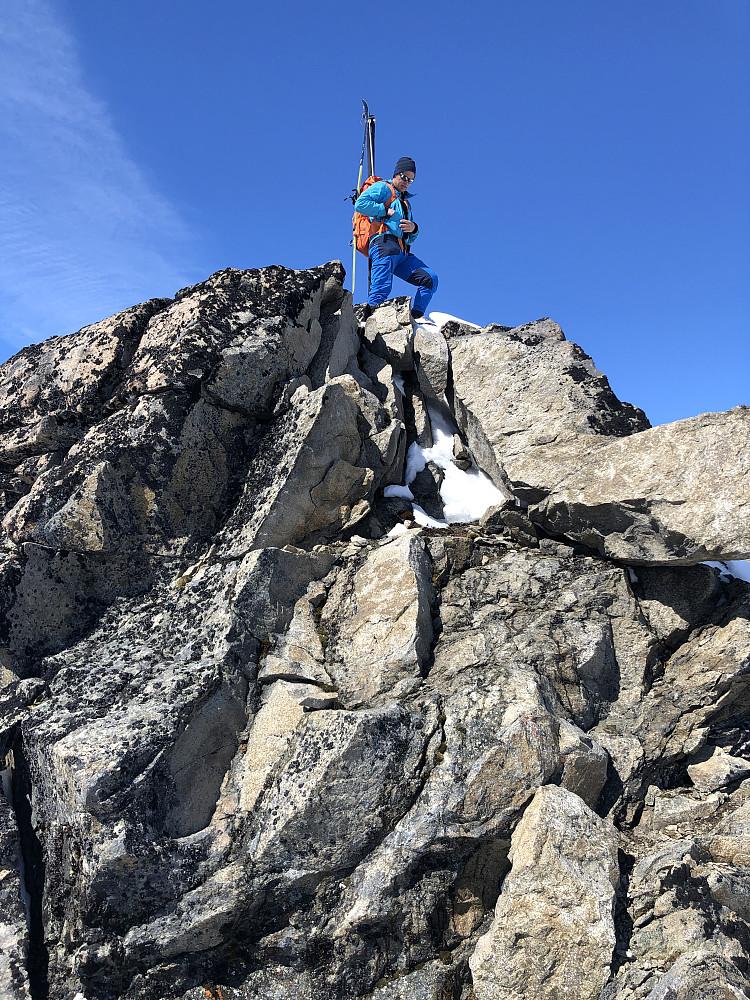 Morten mot Midtre Skarvflytinden sør. En stor hump på ryggen mellom Søre og Midtre. Bart fjell her.