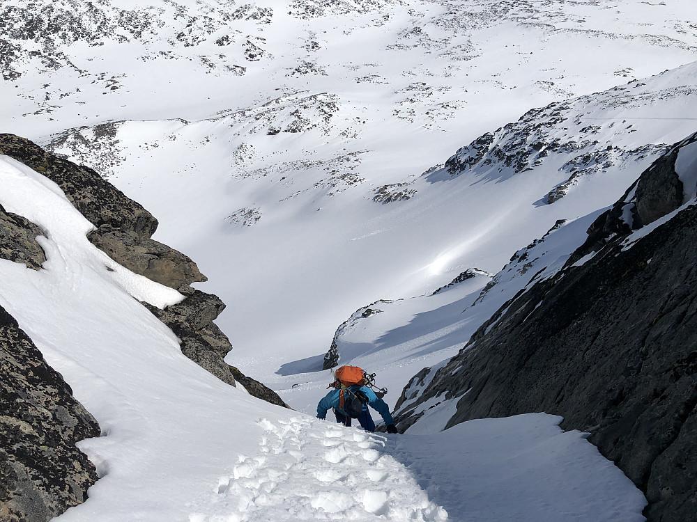 Jeg prøvde meg på veggen opp mot Midtre, men ga raskt opp. Omgåelse i østflanken foreslo Morten... Dermed måtte vi ned en 60 grader, på det bratteste, renne.