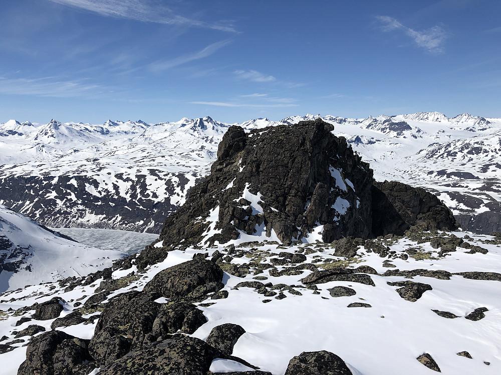 Nørdre nærmer seg. Plankekjøring over ryggen, bokstavlig talt. Hadde heldigvis tatt med skiene opp. Her var det bra med snø det aller meste av vegen.