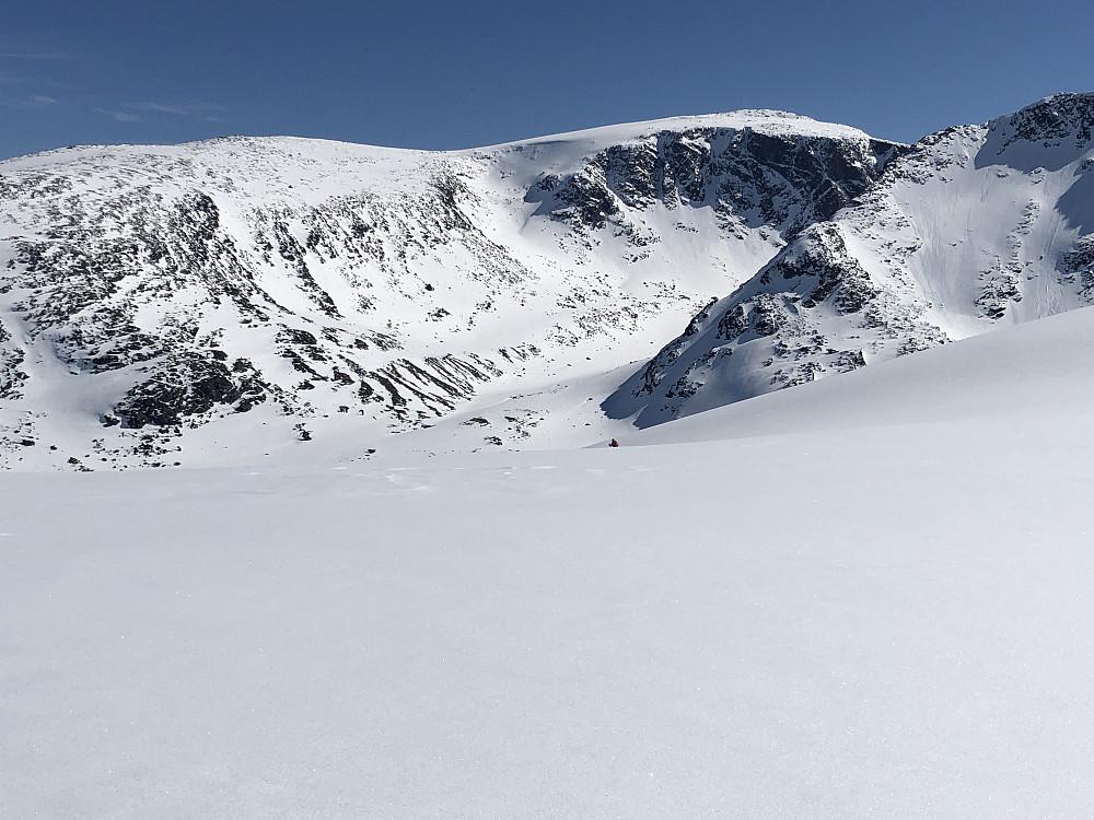 Endelig nedkjøring mot Leirungsdalen. Snøen bærer nå bare såvidt. Div gjennomslag og ustø kjøring.