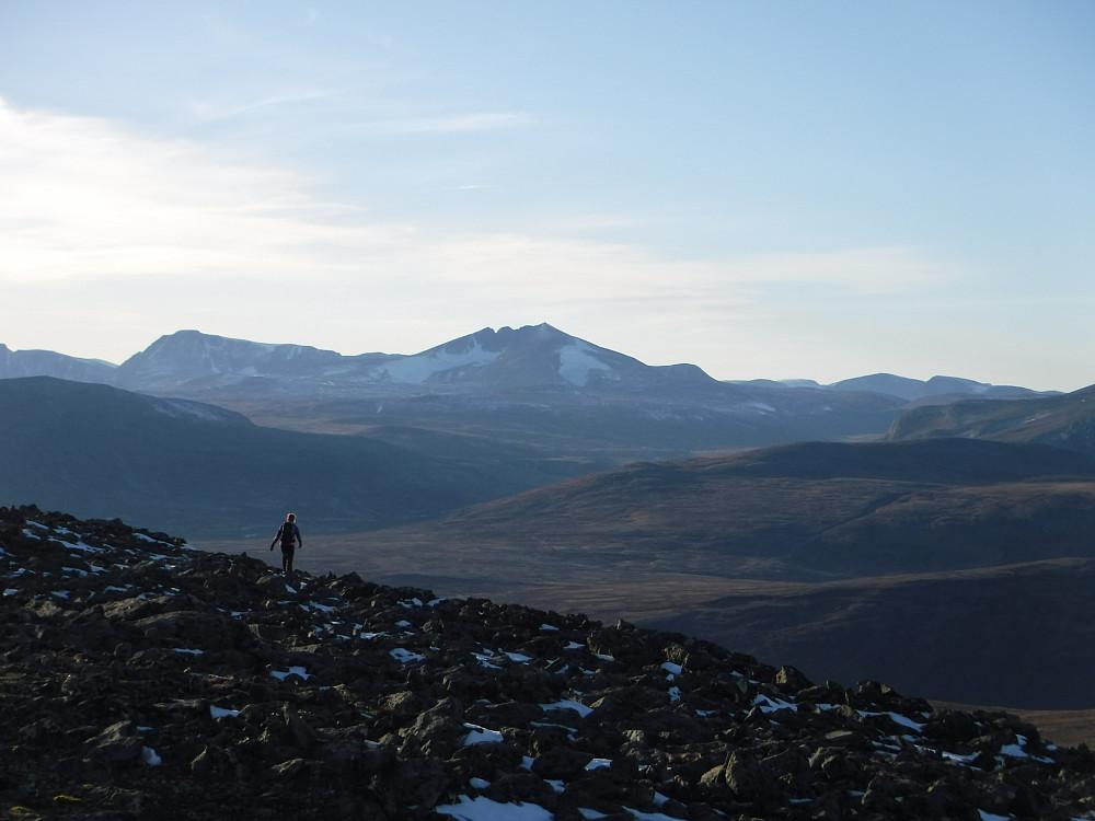 Utsikt mot Svånåtindan, Snøhetta, Storskrymten og Litlskrymten