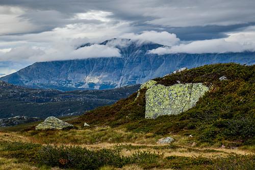 Strølys og tunge skyer over Gaustatoppen