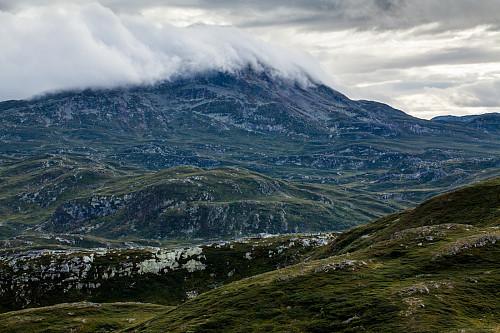 Skyene ruller over Brattefjell i kvelden