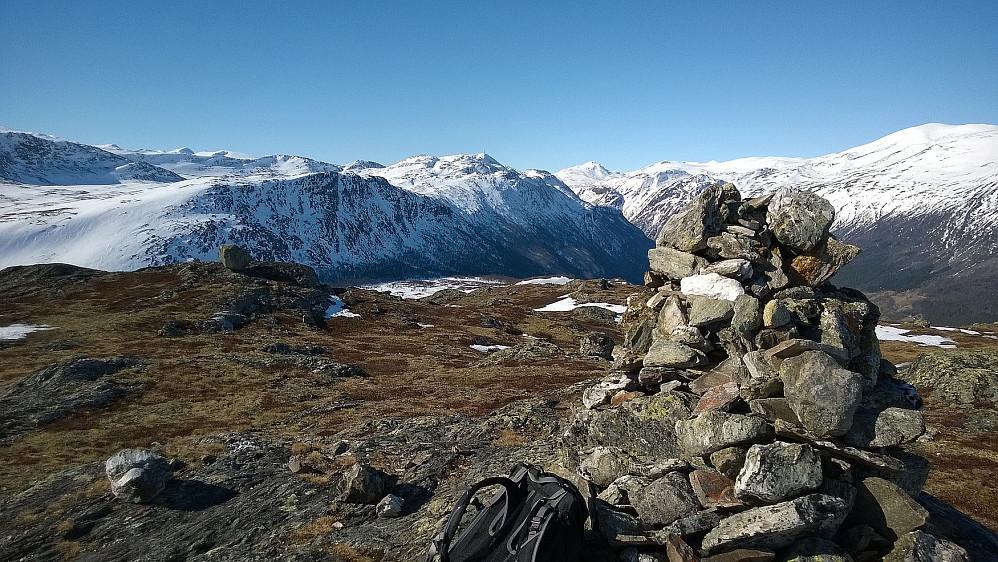 På Læshøe i retning Storhøe, som har en diger mast på toppen.