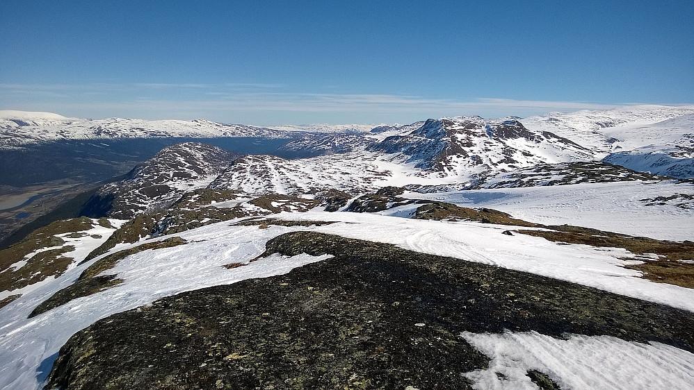 Utsyn mot øst fra toppen. Læshøe t.v og Såleggje t.h.