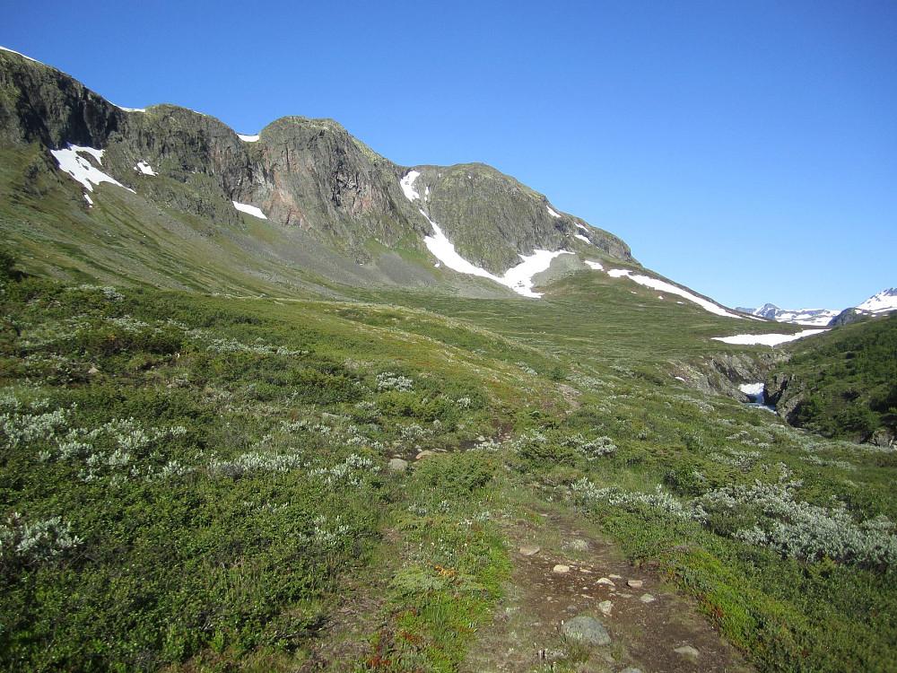 Sjugurdtinden tar seg bedre ut nede fra Memurudalen, men her ser man ikke toppunktet.