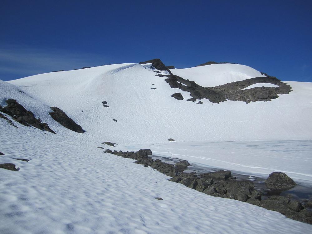 Ved foten av Høgtunga. Vannet til høyre i bildet bekreftet at jeg var ved rett topp i følge kartet.