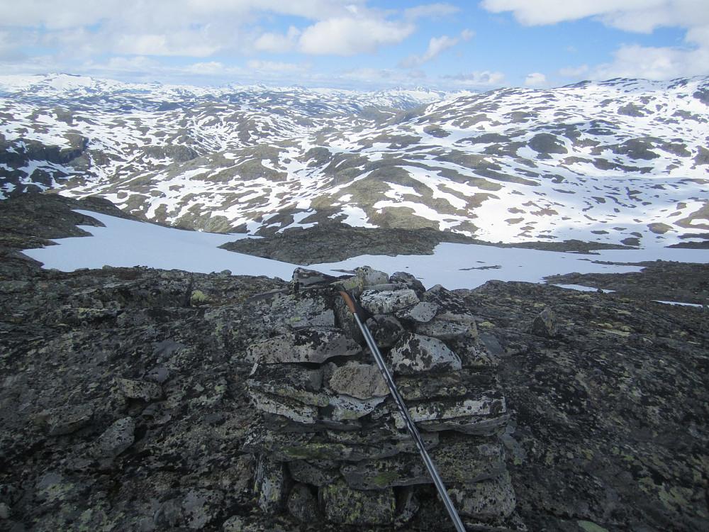 På toppen. Ser tilbake hvor jeg kom fra; Sognefjellet. Vinteren slipper så smått taket.