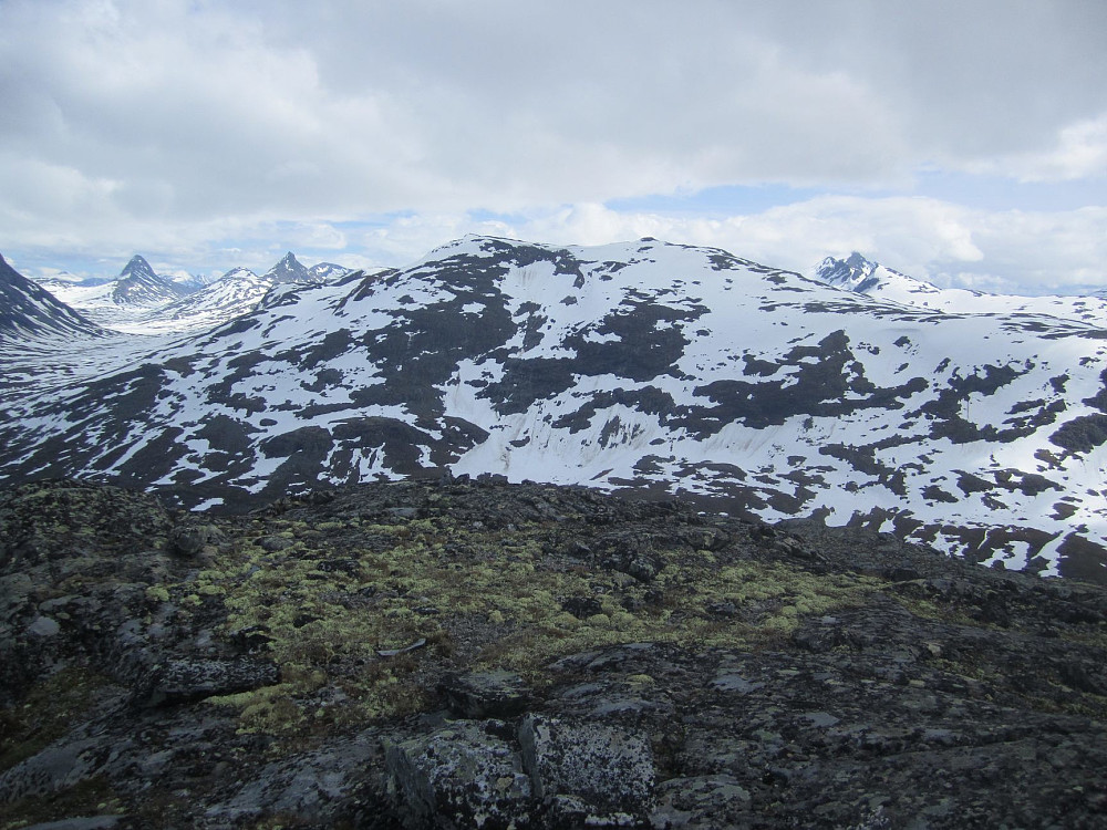 Skogadalsnosi. Til venstre innover mot Olavsbu, hvor også vinteren er i ferd med å slippe taket - til slutt.