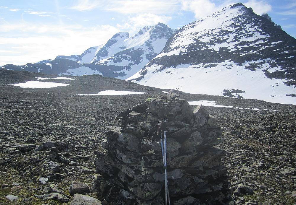 På Kolnosi (vest). I dette øyeblikket trodde jeg faktisk målet var nådd, men så en knatt 500 m lenger øst som virket like høy. Best å plukke med seg den også, tenkte jeg...
