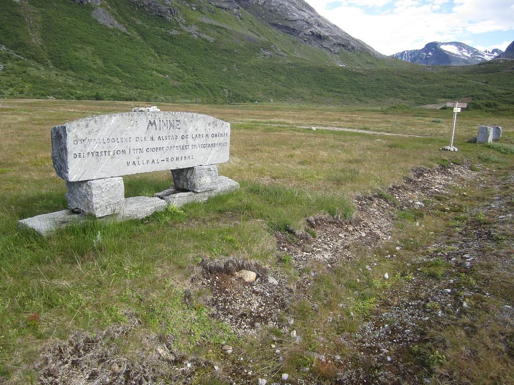 Rett ved stistart sto en minnestein over dem som først startet opp arbeidet med et veisamband over det som seinere skulle bli til Trollstigen.