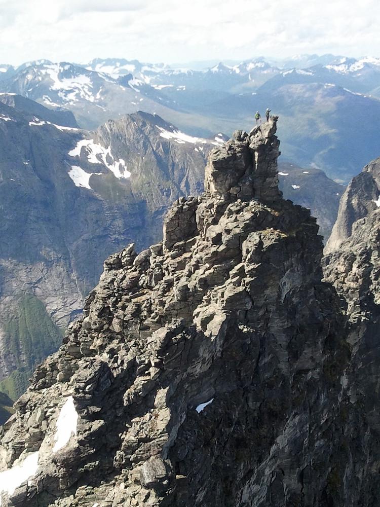 Bildet av oss på toppen ble tatt fra Trollryggen.
