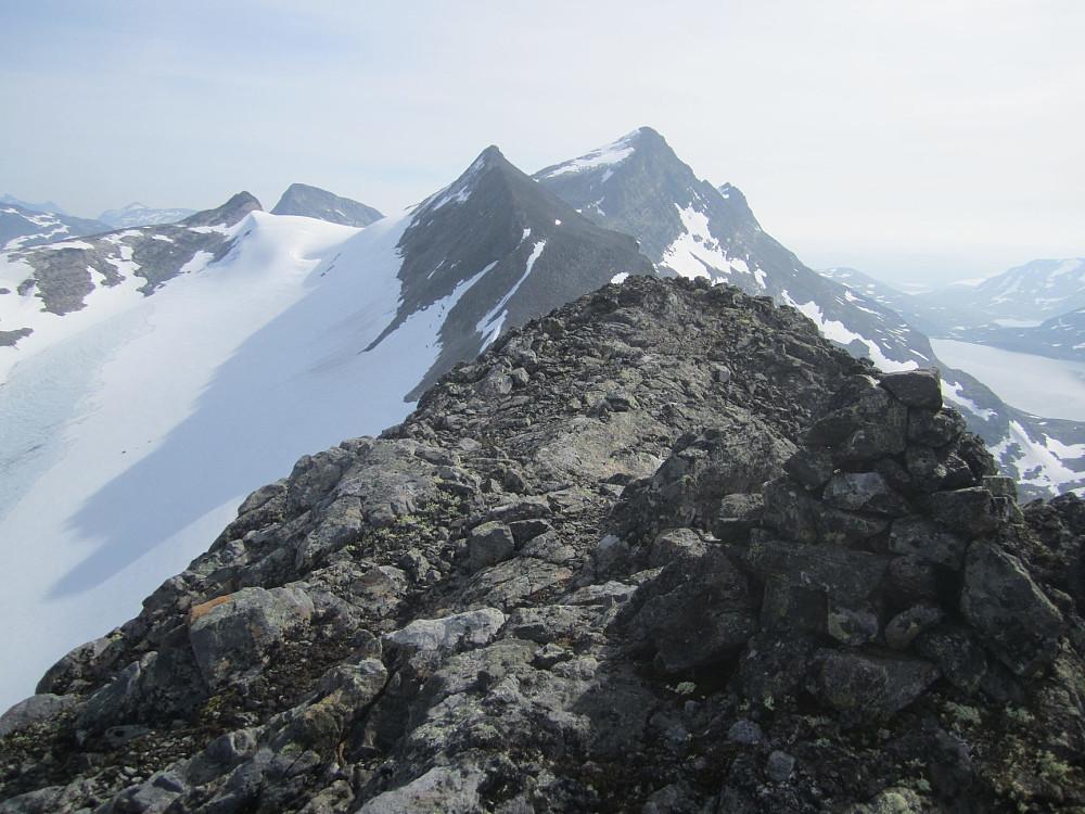 4,5 t: På toppen. Ser mot Slingsbytinden, med Uranostinden bak.