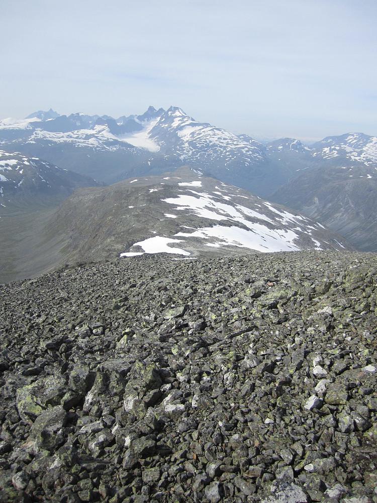 En lang bred rygg tilbake, sett fra toppen på 1900m.