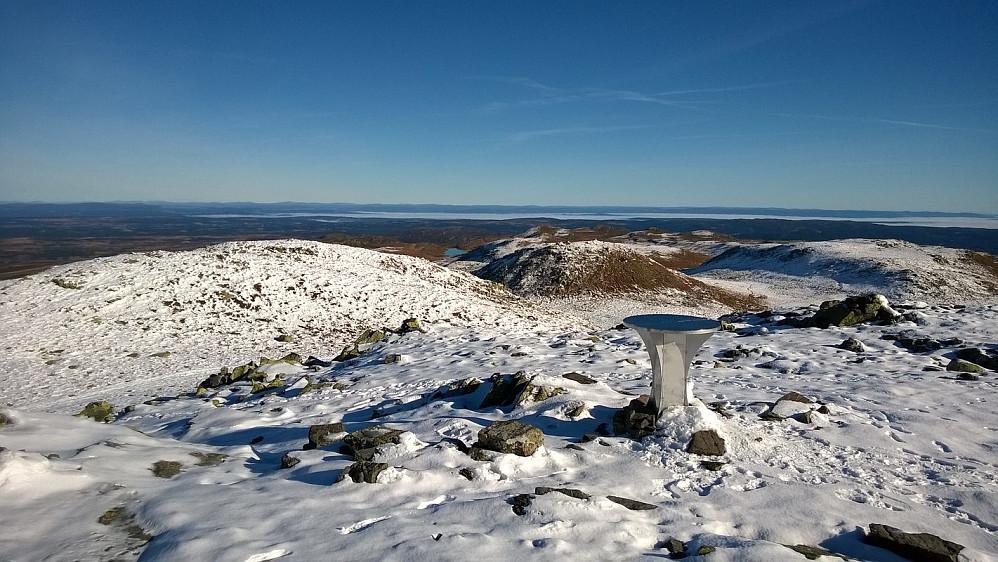 Sikteskiva og utsikten mot nordøst fra toppen av Spåtind.