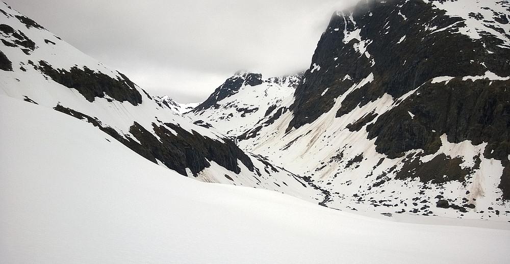 Dessverre må man rundt 100 m ned igjen. Videre inn dalen til venstre.