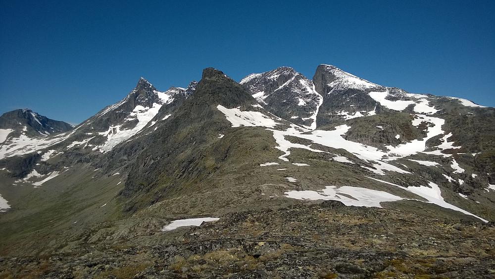 Mannen i forkant, med et herlig bakteppe av kjente og besøkte alpine topper...