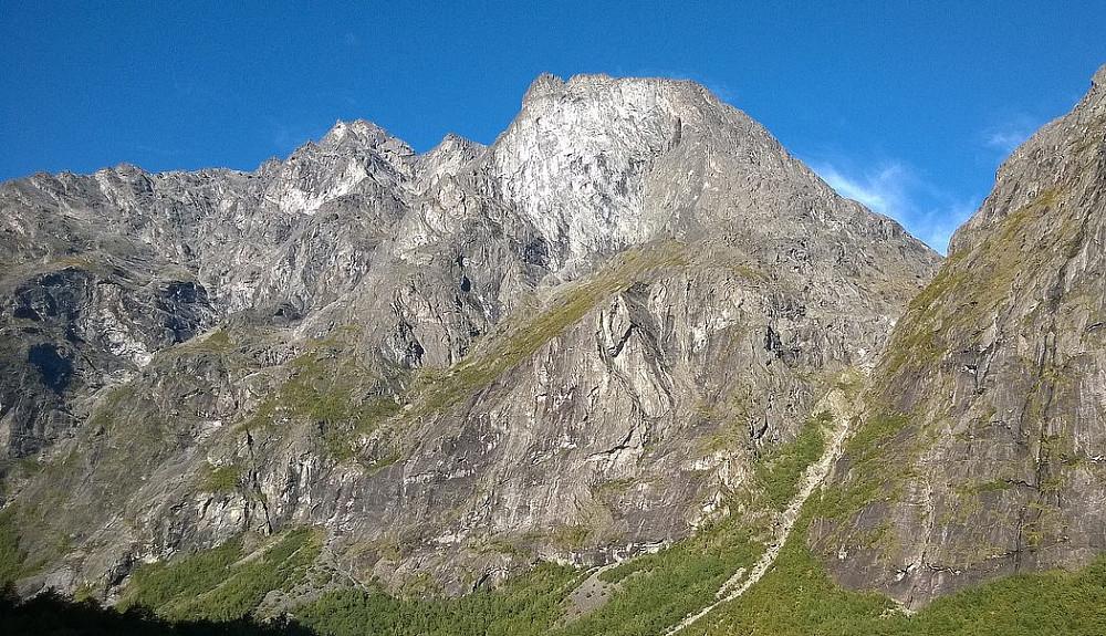 Kalskråtindene sett nede fra Romsdalen.