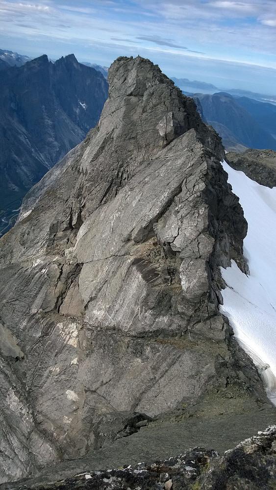 Vesttoppen er alpin og krevende. Det er vel derfra de hopper ut i fallskjerm?