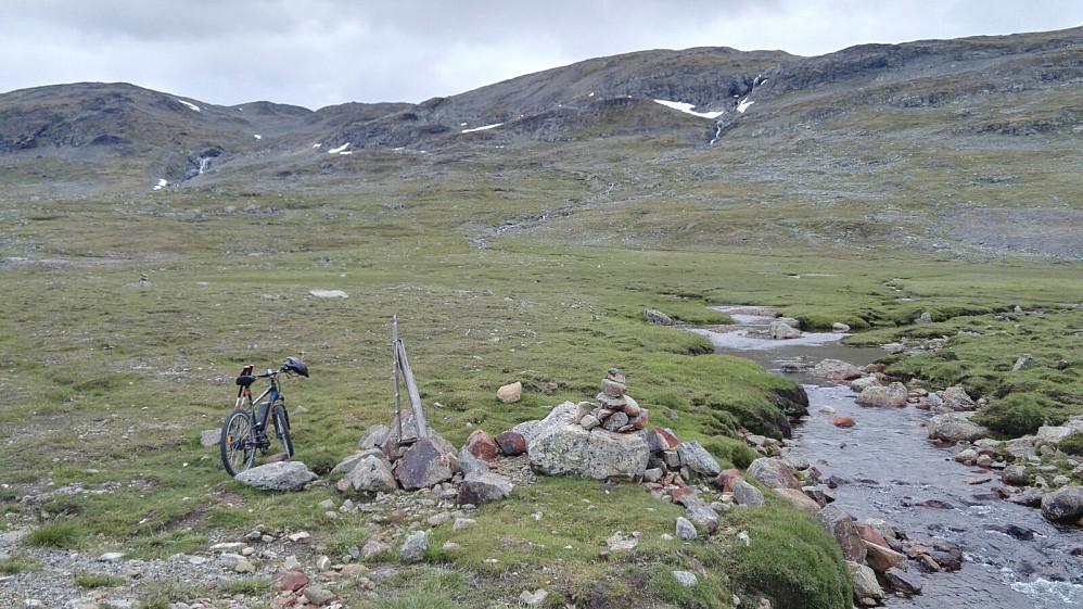 Sykkelen parkert ved stistart, rettelse; starten på vardinga. Det er ikke så mye sti å snakke om oppover lia her.