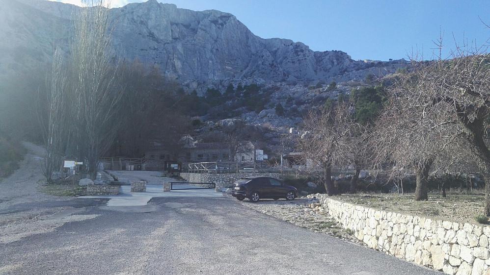 Stien starter fra perkeringa ved Font del Partagat, som kan by på drikkevann.