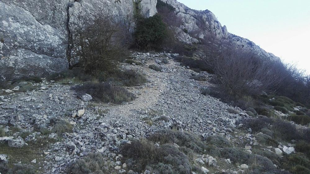 """Like før Pas de la Rabosa, markerte en steinvarde en uoffisiell sti opp mot toppen. Den er garantert kortere, men da mister en """"moroa"""" i passet."""