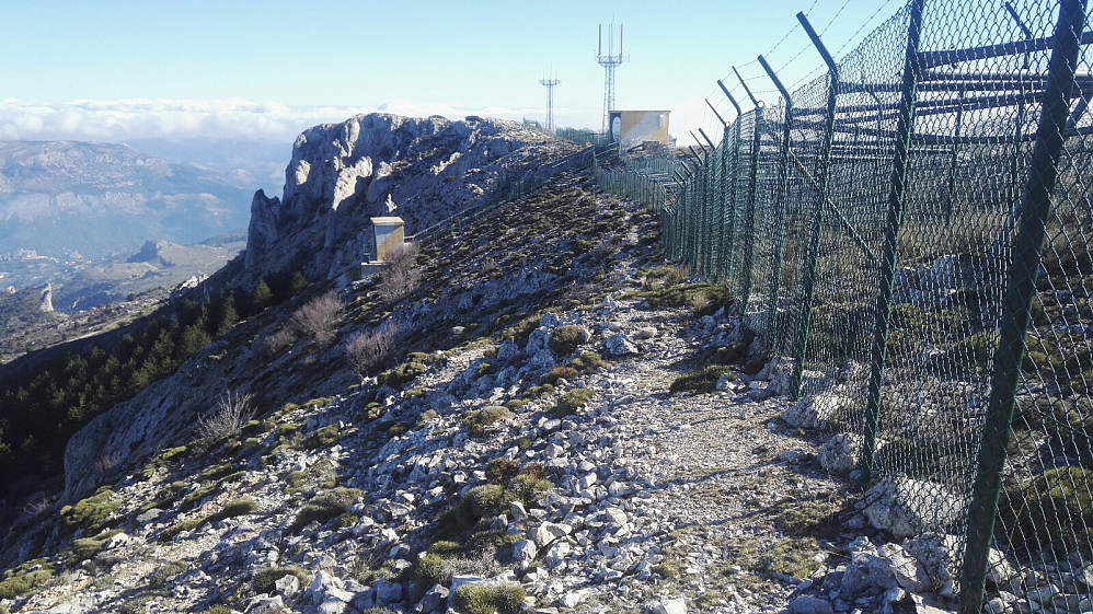 Flere enn meg som har fulgt de 300 meterne med piggtrådgjerde bort mot høyeste punktet, som likevel ikke kan nåes.