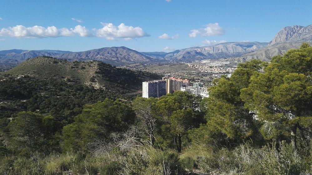 På Torre el Aguilo, mot vest i retning av Castilla. Boligtoppene i La Cala ligger like til høyre for toppen.