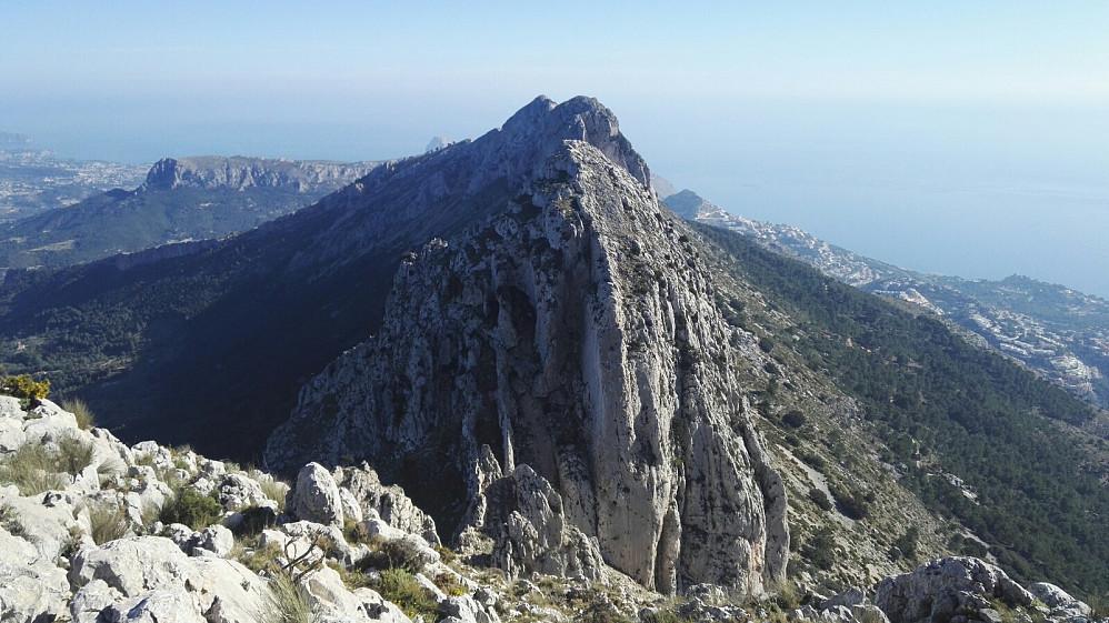 På vei ned mot skaret El Portitxol, med utsikt over de mer alpine østlige toppene i massivet.