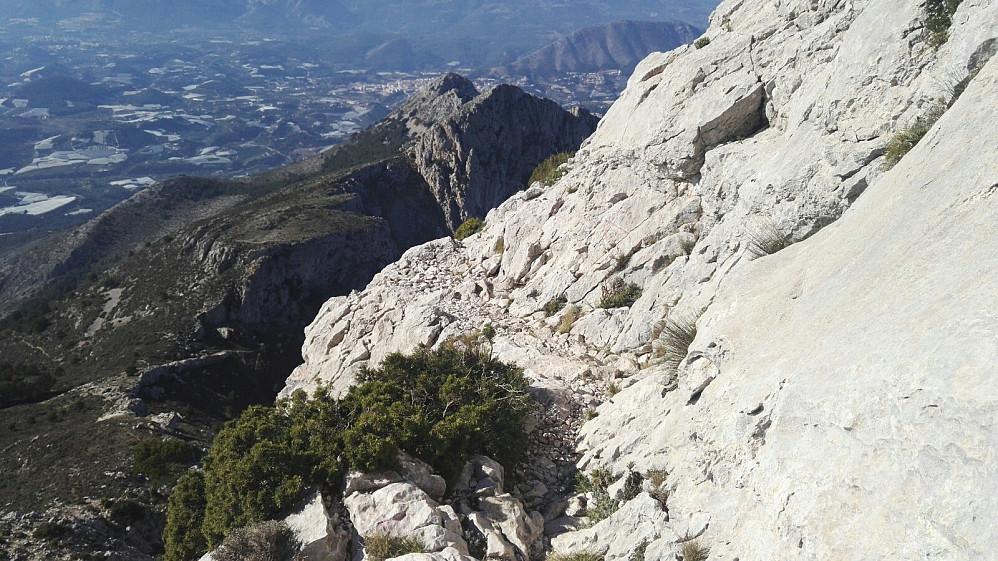 En kort travers vestover på klippegrunn.