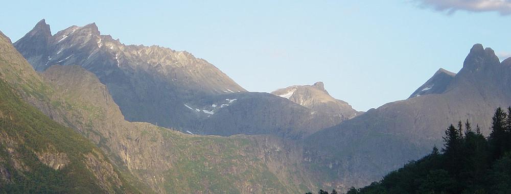 """Klassisk """"Åndalsnes-utsikt"""" - men unormalt vakkert vær! Vengetindene (t.v) og Romsdalshornet (t.h)"""