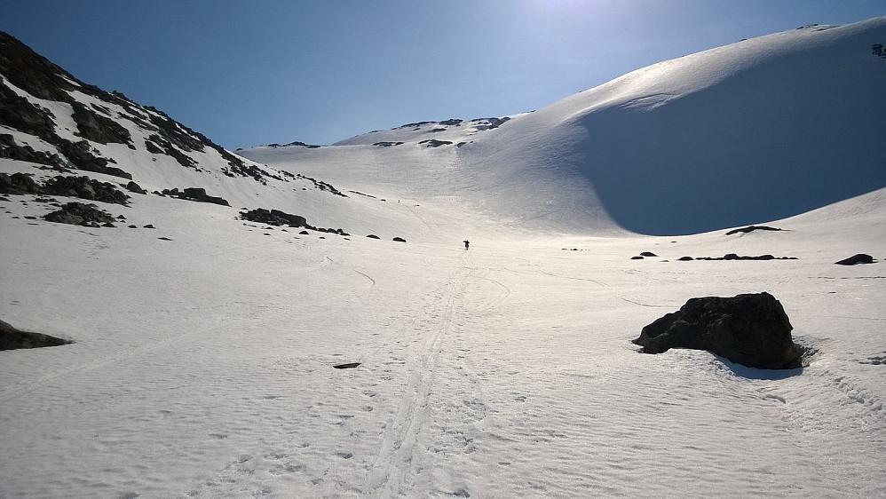 I øvre del av Fagerdalen. To skiløpere et stykke oppi lia.
