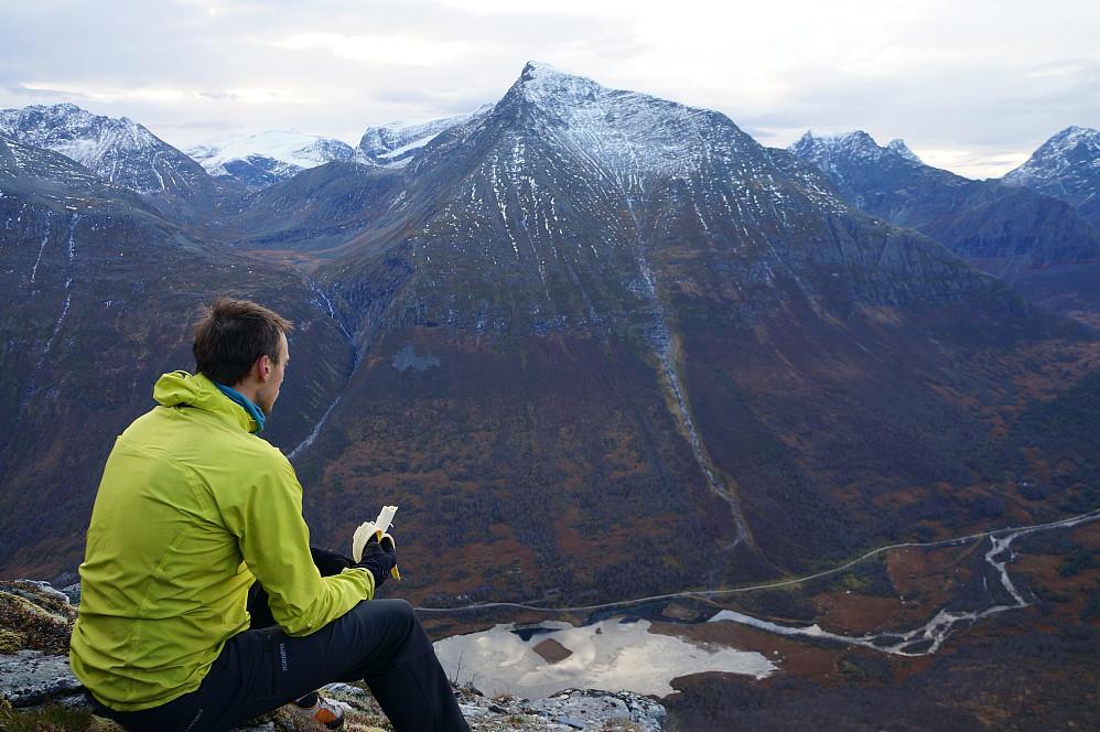 Jan-Petter med standard tursnacks ser utover dalen, hvorfra vi kom opp. Gamlestølsfjellet bak.