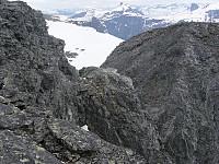 Fra toppen av Romsdalshorn, ned mot skaret i toppen av Halls renne. Lillehornet bak til høyre.