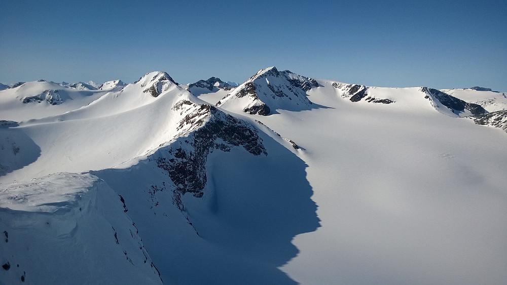 Fra Søre Veotind mot Ø Memurutind, med Store bak til høyre.