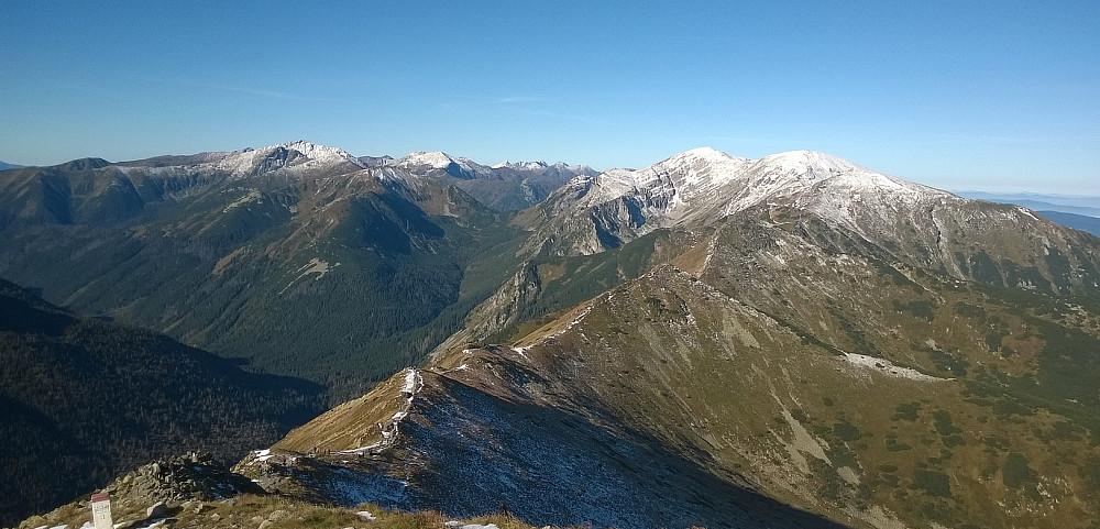 Fra toppen går en populær rødmerka rute vestover, og opp på Kondracka Kopa (2005) i bakgrunnen, før en svinger nord på gul sti og ned til et skar, hvorpå Giewont (kan ikke sees i bildet, ligger til høyre) lett kan bestiges.