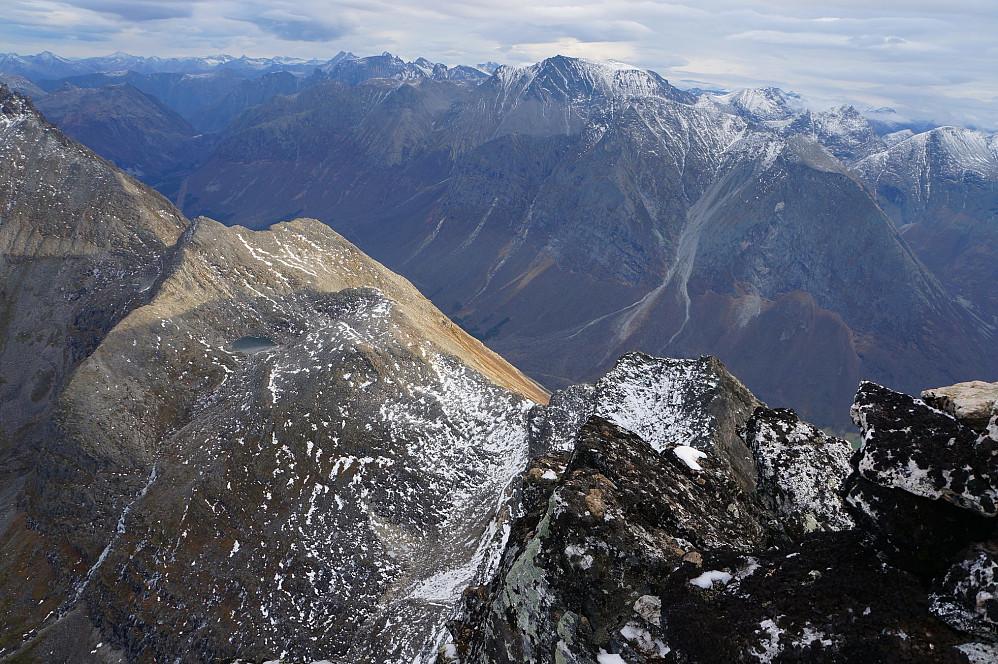 Utsikt fra toppen i retning kjente fjell for min del; Trolltindene og Vengetindene i det fjerne.