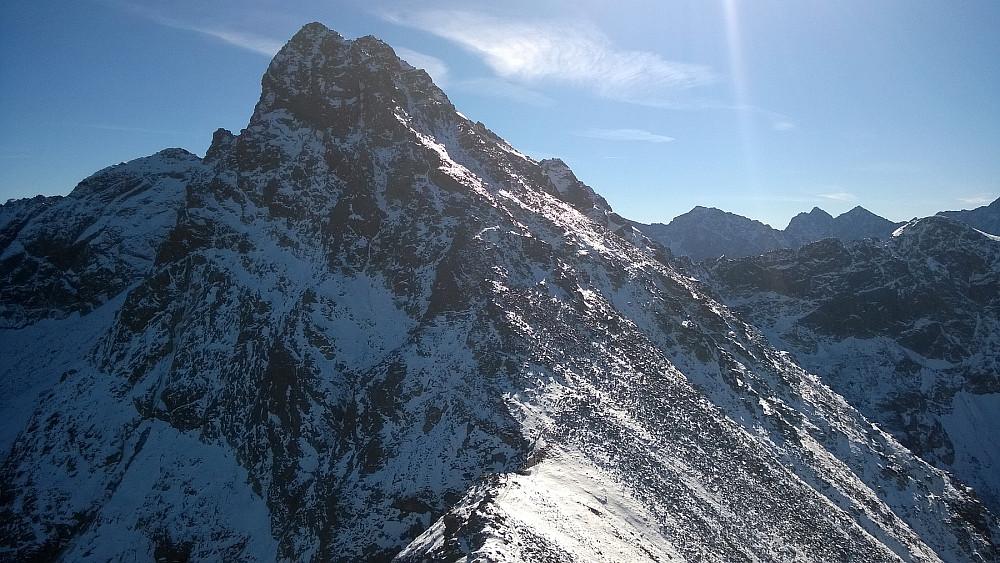 Swinica - en alpin 2300-meter, sett fra øst. Toppen rundes til høyre (sør) og man går opp fra baksiden (øst).