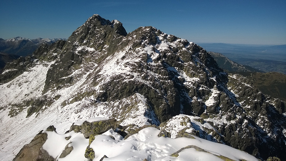 Ser tilbake på Swinica (lengst bakerst) fra Maly Kozi Wierch. Toppen i forgrunnen heter Zawratowa Turnia 2247m. Nede i skaret Zawrat står det en del folk fortsatt.
