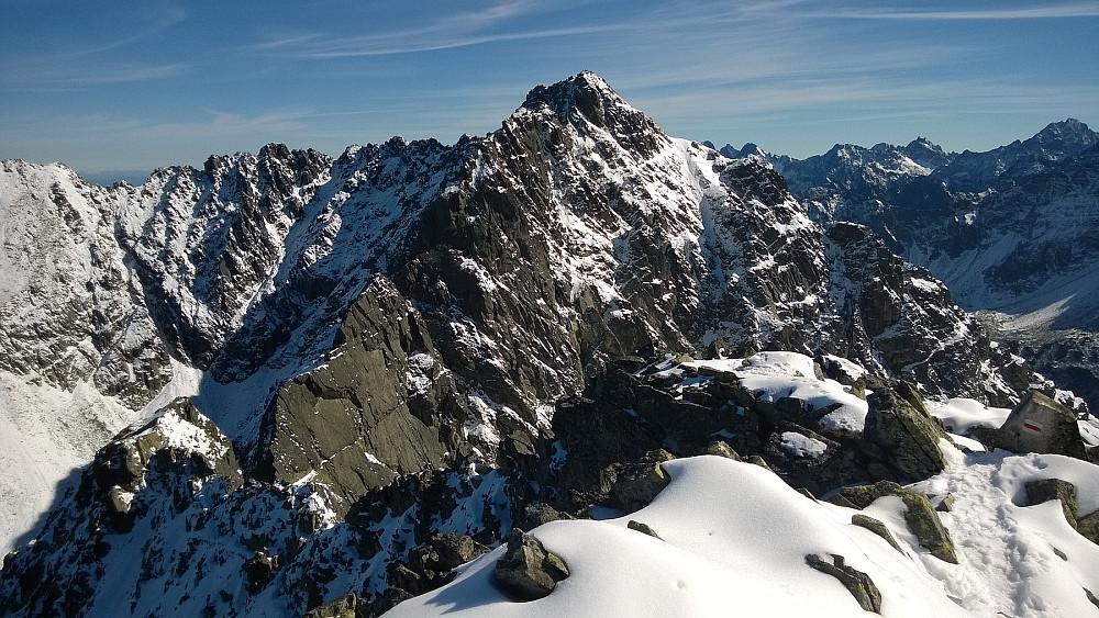 På Maly Kozi Wierch mot Kozi Wierch. I dette heftige landskapet går en tilrettelagt sti kalt Orla Perc (Ørnestien). Den følger mye venstresida; skyggesida (nord).