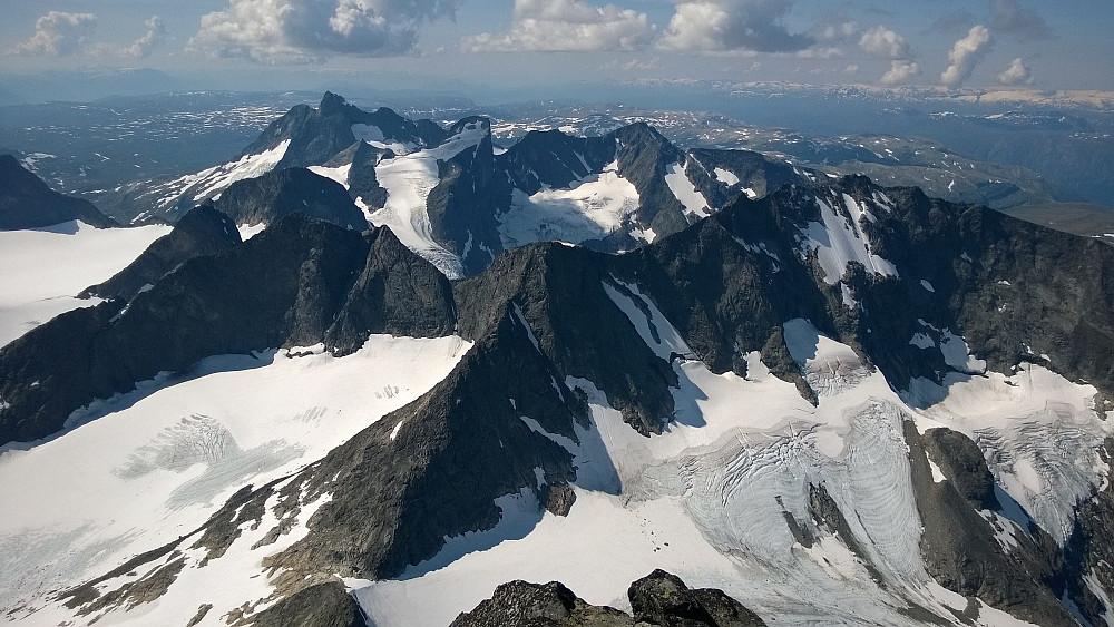 Storslagen utsikt fra toppen av Storen. Mot Dyrhaugsryggen og Ringstinder.