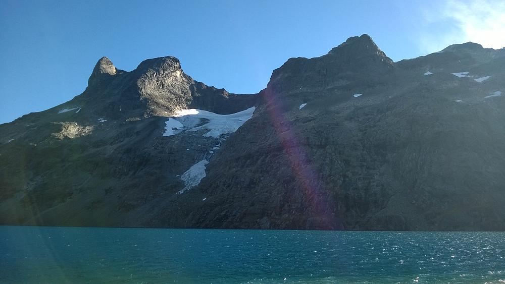 Hjelledalstinden(e) er imponerende fra Andrevannet nede i Morka-Koldedalen.
