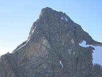 Toppen zoomet fra Sentraltind. Tandbergs renne i senter.